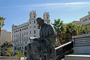 споменик неком човјеку што чита књигу